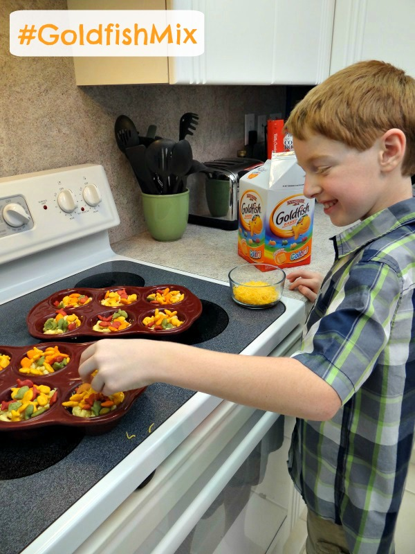 Macaroni and Cheese Muffins Recipe! Fun with Goldfish Crackers! #GoldfishMix #Ad