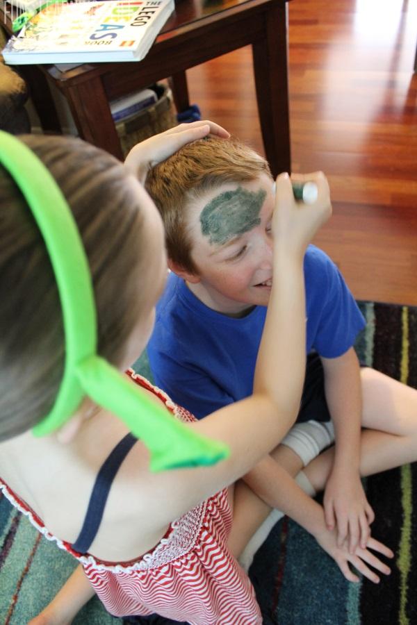 Face paiting green for shrek